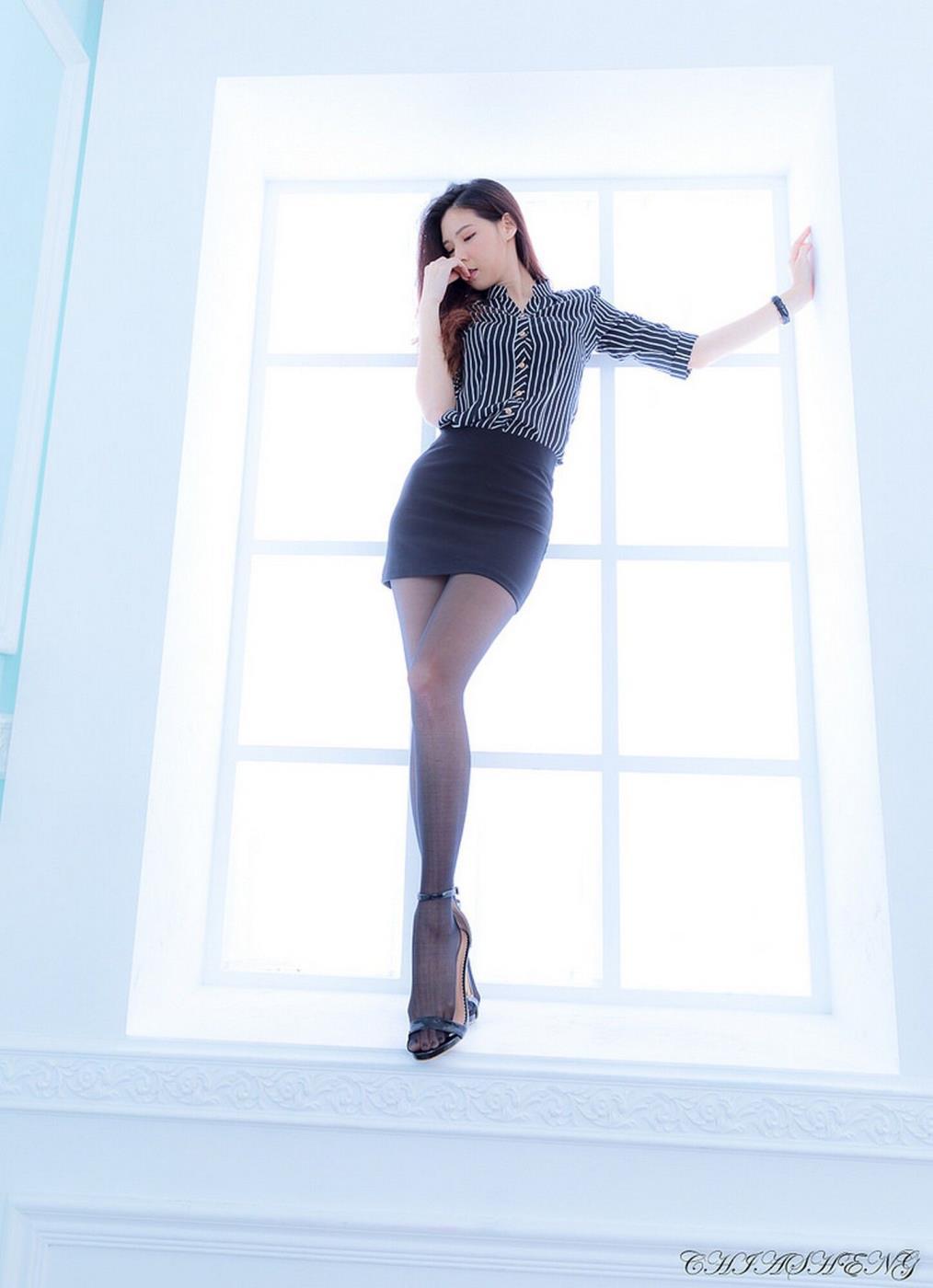 台湾性感美女嫩模吴诺DUDU黑丝美腿诱惑写真图片