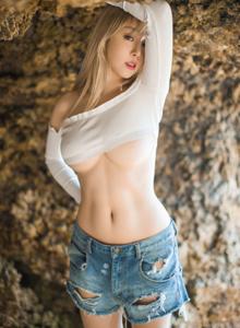 Bololi波萝社性感美女王语纯巨乳翘臀热裤写真套图