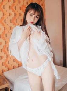 波萝社童颜巨乳萝莉夏美酱白色连体衣美臀性感写真图片