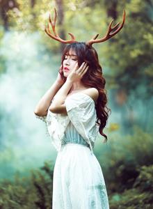梦幻丛林麋鹿少女白色长裙森林系清纯美女写真图片