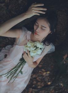 白纱长裙采花少女森林系小清新唯美写真图片