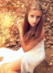 漫步于森林中的外国少女唯美小清新治愈系写真