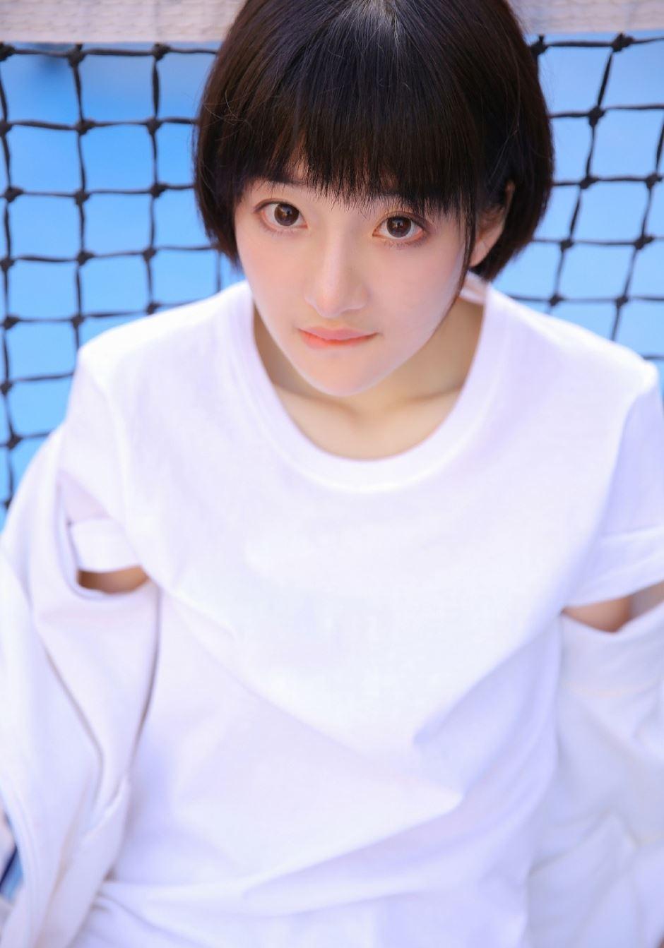 网球场运动装长相清纯可爱短发美女写真图片
