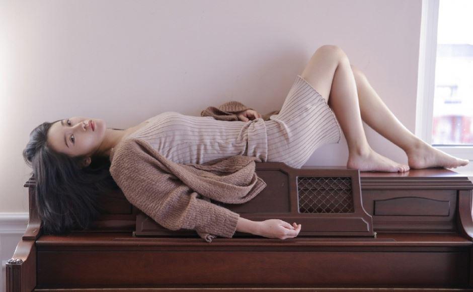 白色针织吊带衫小清新美女修长美腿迷离气质写真图片