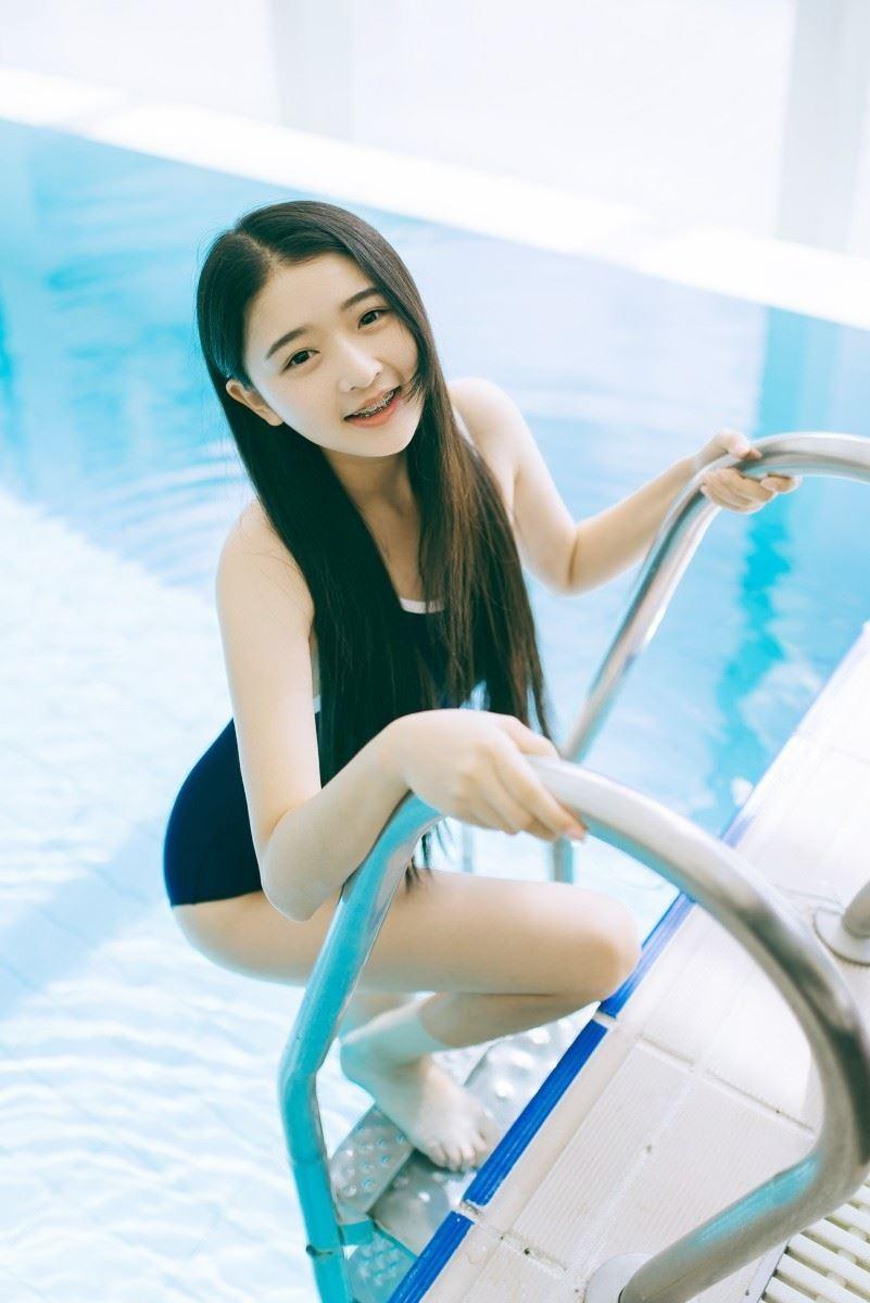 清纯美女吊带死库水泳衣湿身诱惑白嫩美腿撩人写真图片