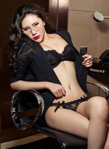 头条女神米娅烈焰红唇女秘书制服诱惑修长美腿写真
