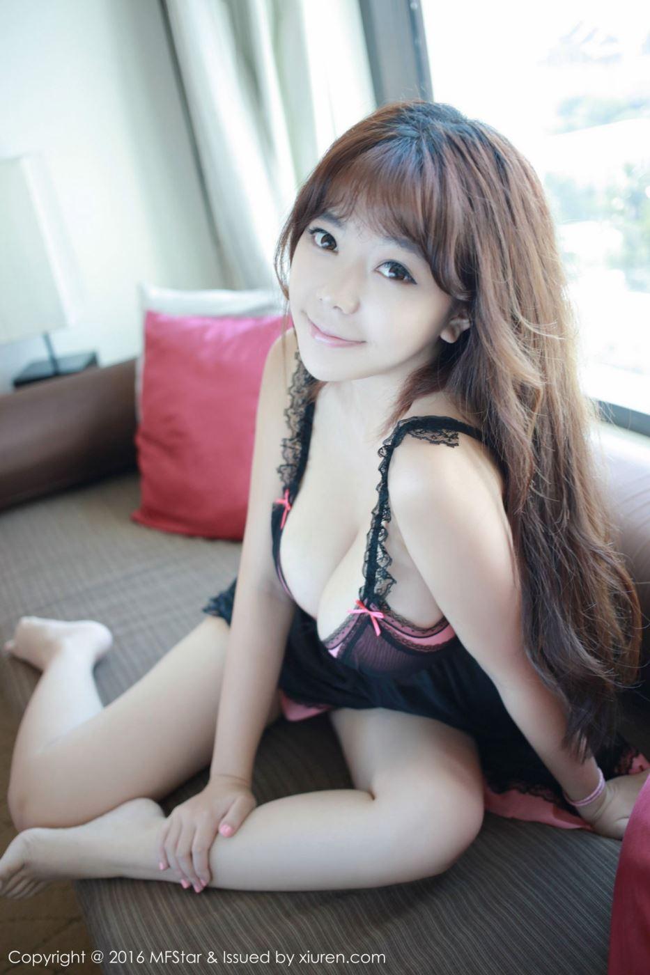 网红美女斗鱼主播刘飞儿童颜巨乳格子衫私房大尺度写真