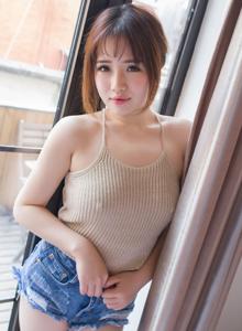 波萝社粉嫩软妹子徐cake性感吊带衫美胸诱人写真