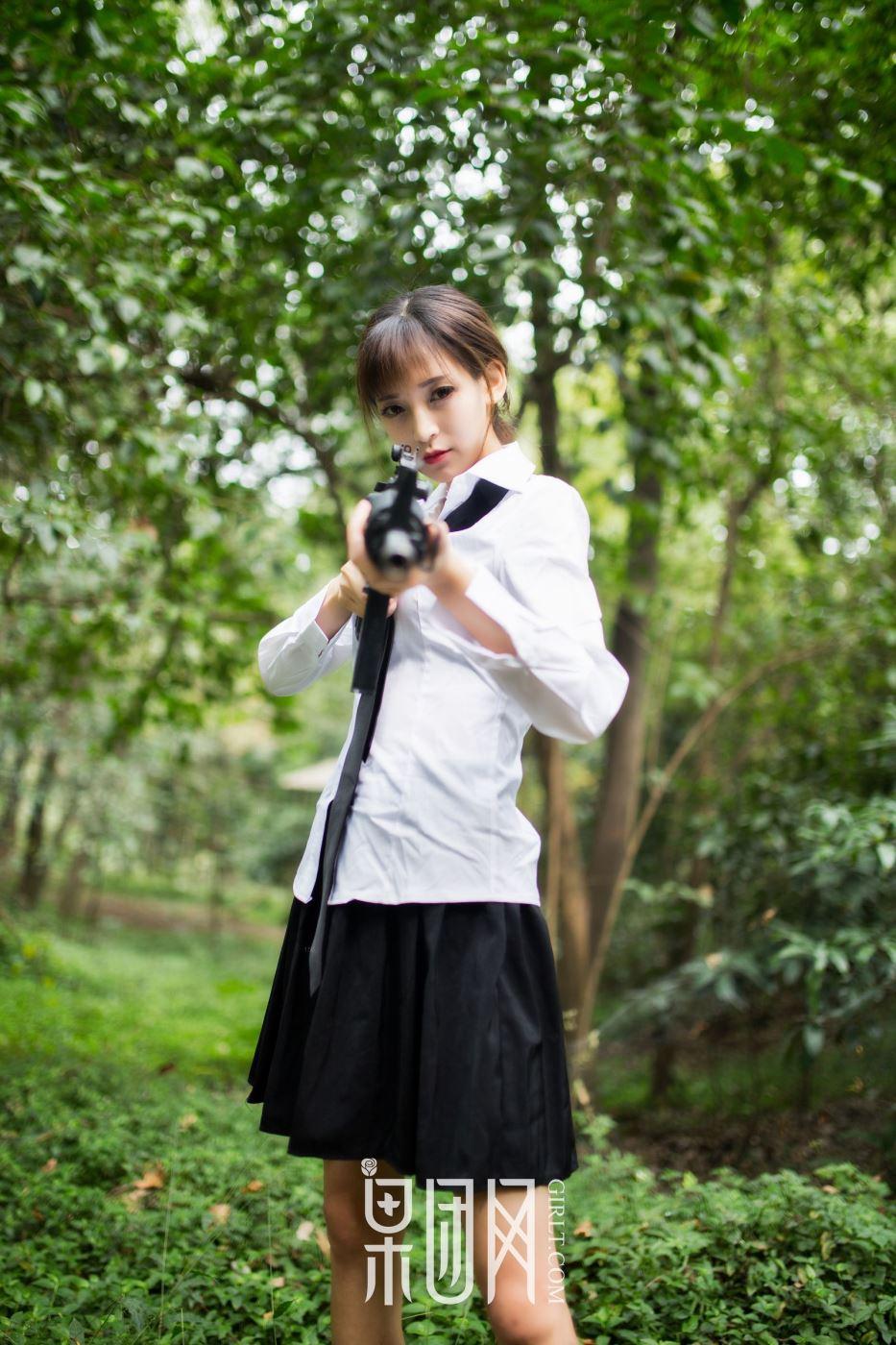 龙珠美女主播蘑菇制服美女长筒袜吃鸡少女写真图片