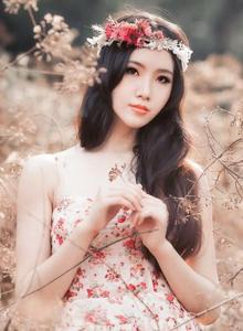气质清纯美女楚楚可人 户外花环少女唯美写真图片