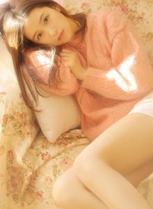 大长腿性感清纯素颜美女粉嫩毛衣萌系可爱写真图片