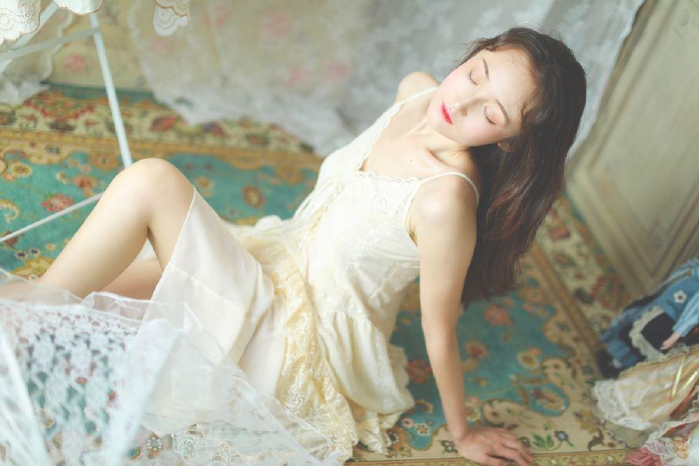 蕾丝吊带睡衣美女娇小可爱酥胸诱人性感美女写真图片