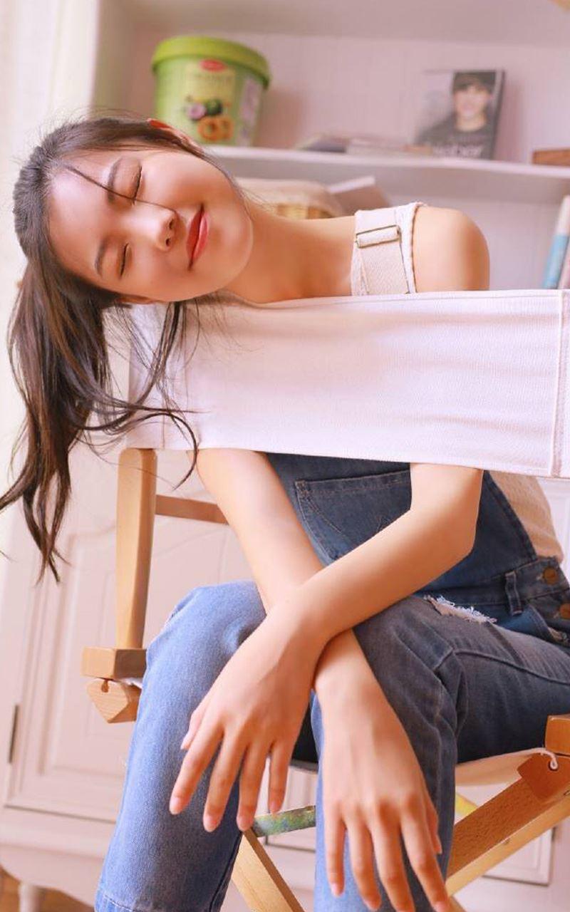 网红美女小姐姐素颜清纯校花吊带美腿诱人写真套图