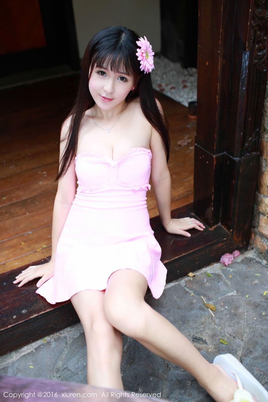 秀人网小清新长发美女唐雨辰粉嫩连衣裙户外摄影写真