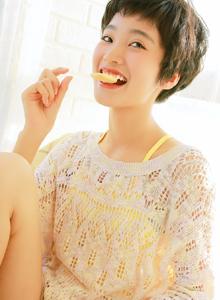 清纯美女镂空针织衫性感短发小姐姐高清写真图片