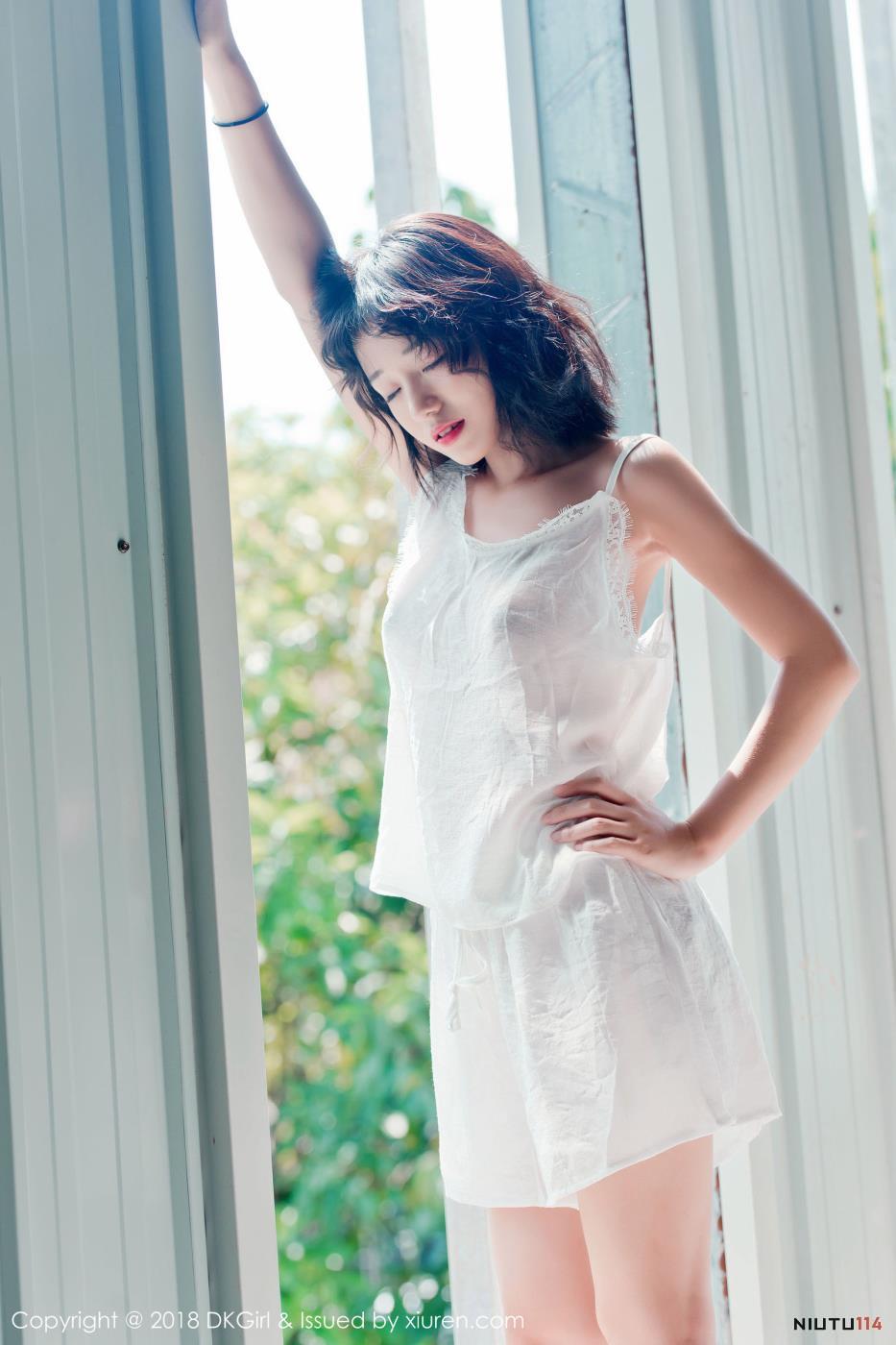 清纯短发美少女苍井优香白色吊带长裙私房诱惑写真图片