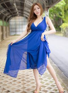 台湾美女性感女神赵芸唯美蓝色长裙户外写真图片