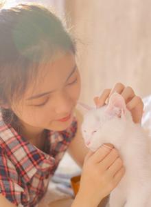 丸子头少女的撸猫日常 格子衫小清新美女高清写真图片