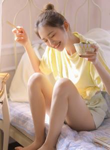 小清新丸子头美女甜美可爱修长美腿私房裸足图片
