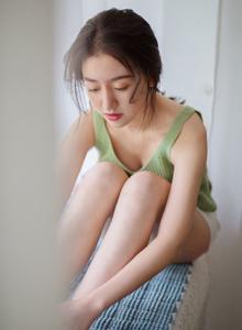清纯美女小吊带衣白嫩大长腿超短裤居家写真图片
