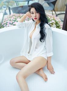 白衬衫美女叶佳颐真空系列性感湿身诱惑大长腿美女图片