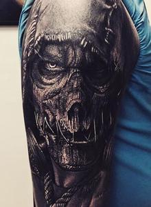 男生小臂上黑色纹身写实骷髅头纹身图案大全