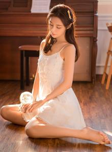 国内美女模特白色吊带连衣裙清纯美女性感唯美写真图片
