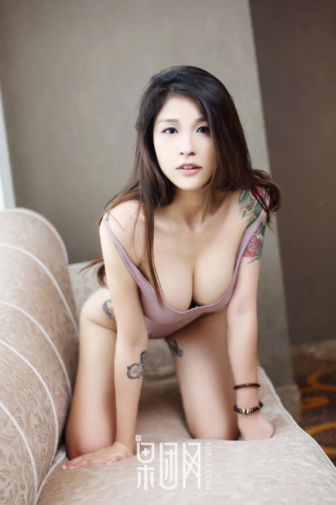 果团网巨乳美女酸酱兔叛逆纹身美女大尺度内衣诱惑私房照