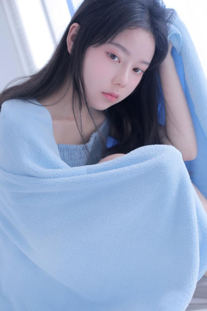 床上美女连衣裙吊带睡衣长发美女清纯小仙女写真图片