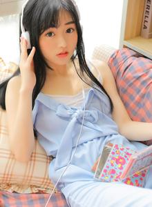 可爱萝莉学生妹俏皮可爱卧室写真 清纯MM最新写真图片
