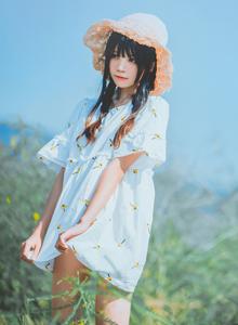 网红美女桜桃喵《田野上的小姑娘》双马尾可爱小萝莉户外唯美写真集