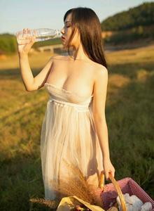 [XIUREN秀人网]徐微微童颜巨乳蕾丝美女连衣裙性感美女户外写真图片