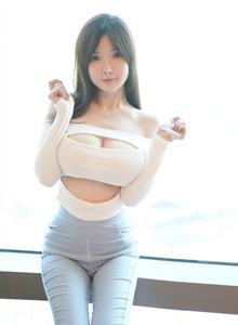 牛仔裤美女写真诱惑巨乳翘臀独特姿态(秀人网糯美子Mini模特)